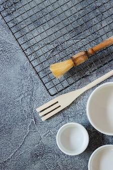 Przybory do przygotowania ciasta na niebieskiej powierzchni z teksturą. widok z góry. skopiuj miejsce
