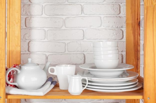 Przybory kuchenne i naczynia na drewnianej półce