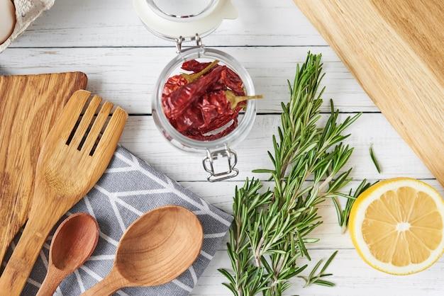 Przybory kuchenne i składniki do gotowania