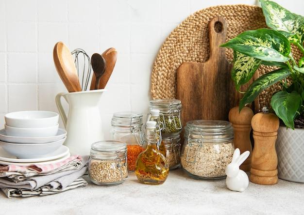 Przybory kuchenne, narzędzia i naczynia na białej ścianie w tle .