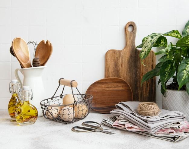 Przybory kuchenne, narzędzia i naczynia na powierzchni białej ściany z płytek