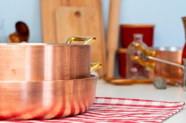 Przybory kuchenne w nowoczesnej kuchni domowej