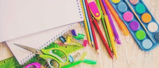 Przybory szkolne. czas iść do szkoły. selektywne skupienie.