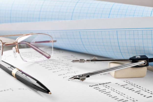 Przybory szkolne i podręcznik matematyki z bliska
