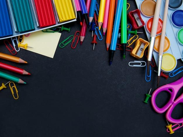 Przybory szkolne i tablica
