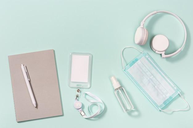 Przybory szkolne maska na twarz i środek dezynfekujący do rąk odznaka szkolna zeszyty długopisy na neo mięcie