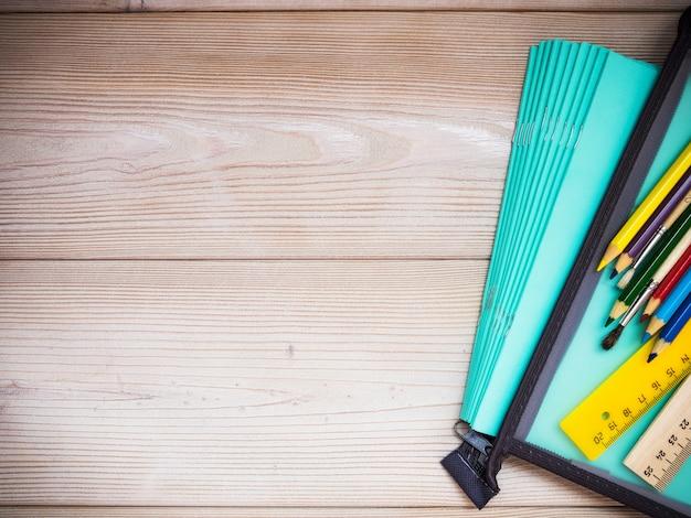 Przybory szkolne na drewnianym stole