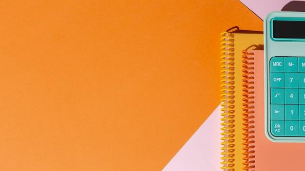 Przybory szkolne w kompozycji stołu