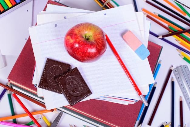 Przybory szkolne z jabłkiem