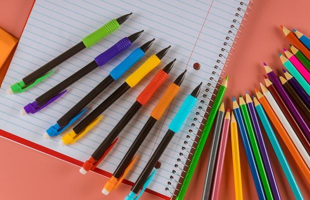 Przybory szkolne z notatnikami i kredkami