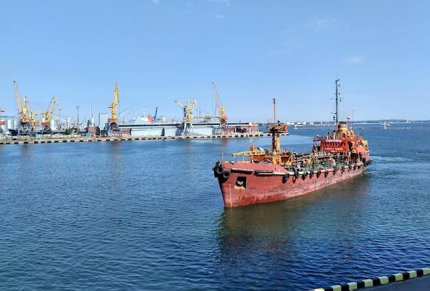 Przybycie trawlera do portu, przybycie trawlera do portu