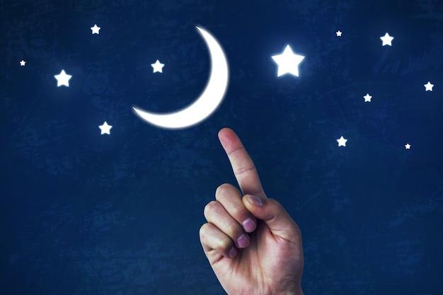 Przybywający sierp księżyca w dłoni