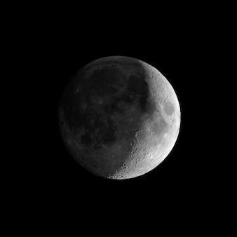 Przybywający sierp księżyca widziany przez teleskop