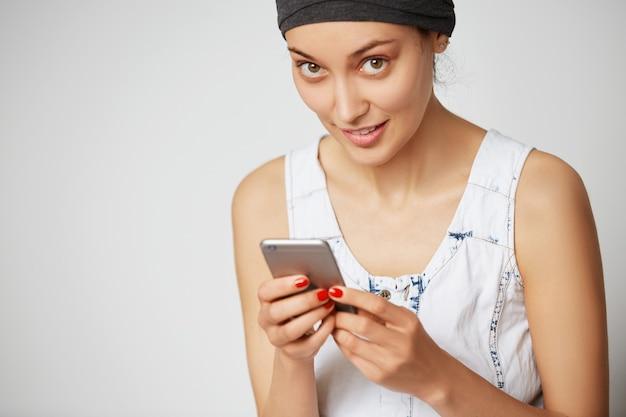 Przycięte strzał młodych samic freelancer patrząc i uśmiechnięte