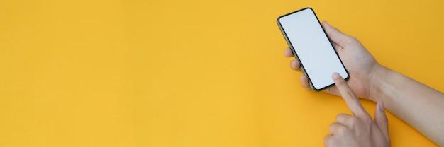 Przycięte ujęcie człowieka, dotykając na pusty ekran smartfona