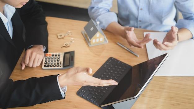 Przycięte ujęcie ludzi biznesu negocjujących zainteresowanie inwestowaniem w nieruchomości