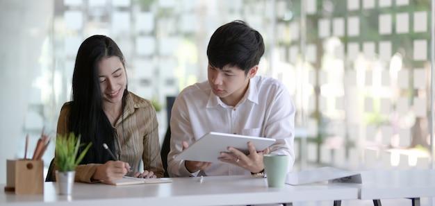 Przycięte ujęcie młodego zespołu profesjonalnych firm wspólnie przeprowadzających burzę mózgów