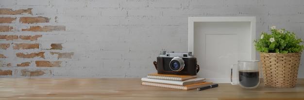 Przycięte ujęcie modnego obszaru roboczego z aparatem, książkami, dekoracjami i kopią