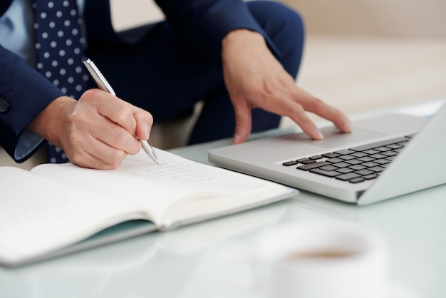 Przycięte ujęcie nierozpoznawalnego przedsiębiorcy notatek