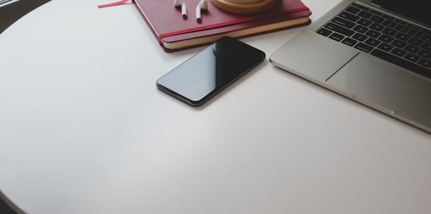 Przycięte ujęcie współczesnego miejsca pracy z miejsca kopiowania i materiałów biurowych
