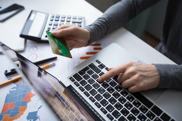Przycięte widok menedżera dokonywanie płatności online