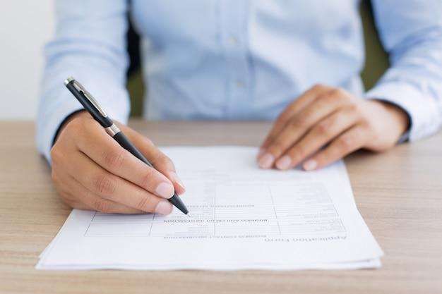 Przycięte widok osoba wypełniająca formularz wniosku
