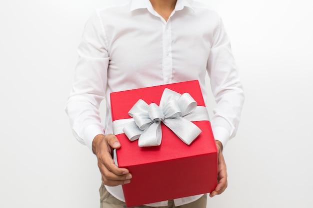 Przycięte widzenia człowieka posiadającego czerwone pudełko