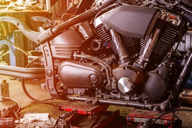 Przycięte zbliżenie pięknego i niestandardowego motocykla w warsztacie