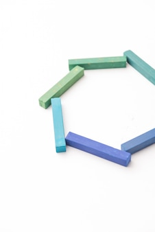 Przycięte zdjęcie kolorowych kredek w geometrycznym składzie