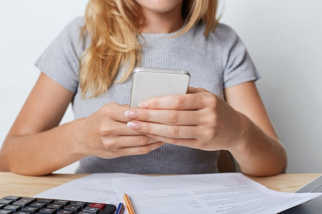 Przycięte zdjęcie młodej kobiety przedsiębiorcy w szarej koszulce
