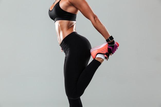 Przycięte zdjęcie niesamowitej młodej kobiety sportowej