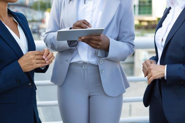 Przycięte zdjęcie przedsiębiorców z komputera typu tablet