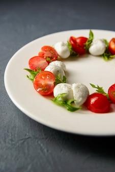 Przycięte zdjęcie sałatki caprese podawane w restauracji, pyszny posiłek dietetyczny