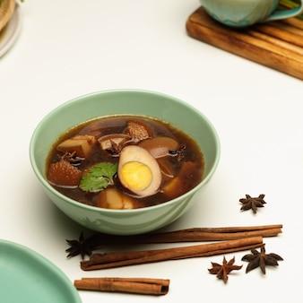 Przycięte zdjęcie słodkiej brązowej zupy z duszonych jajek kai palo
