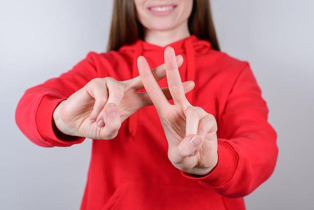 Przycięte Zdjęcie Z Bliska Portret Pozytywnego Uroczego Całkiem Pięknego Nastolatka Nastolatka Człowieka Daje Sygnał Hashtag Na Białym Tle Szarym Tle Premium Zdjęcia