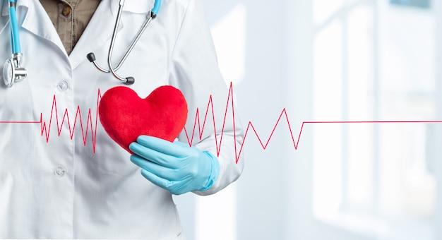 Przycięty nie do poznania lekarz lub profesjonalny tors medyczny
