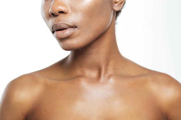 Przycięty obraz afro amerykańskiej kobiety na białym tle