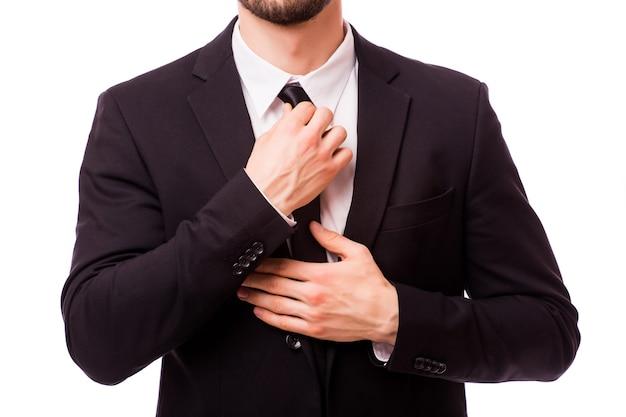 Przycięty obraz biznesmen mocowania krawat na szarym tle