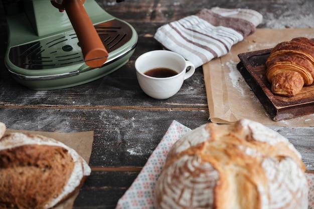 Przycięty obraz dużo chleba na stole