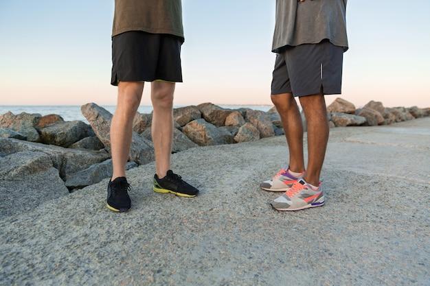 Przycięty obraz dwóch mężczyzn w odzieży sportowej stojących razem
