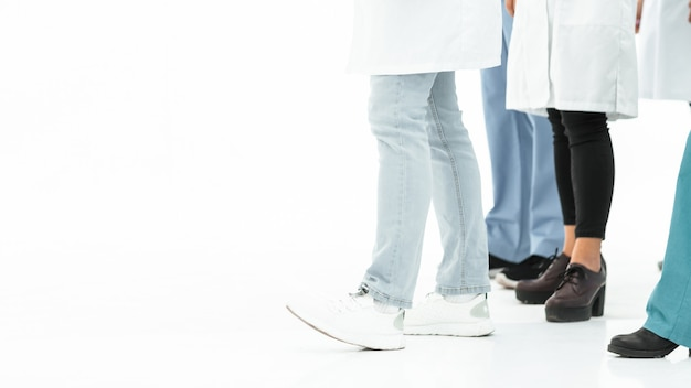 Przycięty obraz grupy pracowników służby zdrowia w tle