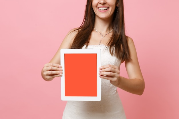 Przycięty obraz kobiety w białej sukni trzymającej cyfrowy tablet z pustym czarnym pustym ekranem