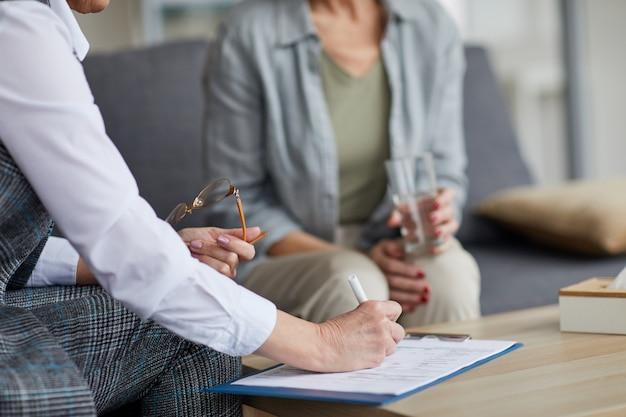 Przycięty obraz kobiety w sesji terapeutycznej