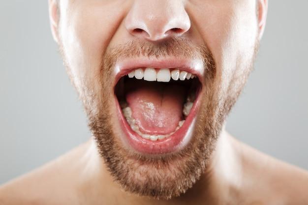 Przycięty obraz krzyku męskiej twarzy