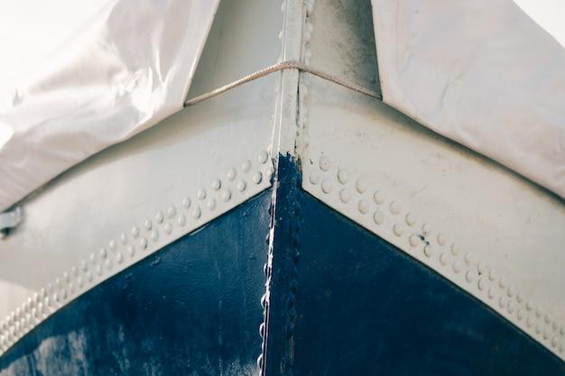 Przycięty obraz metalowej łodzi pokrytej plandeką