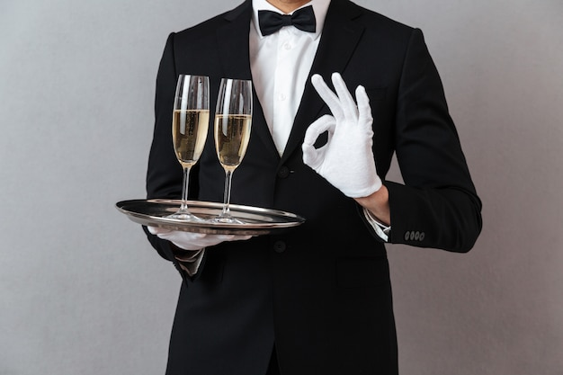 Przycięty obraz młodego kelnera