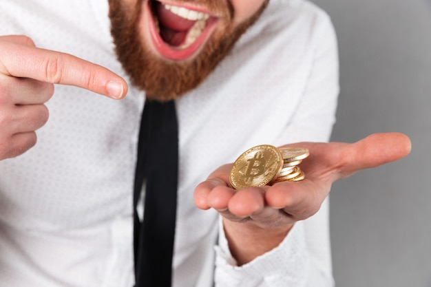 Przycięty obraz podekscytowany biznesmen palcem wskazującym