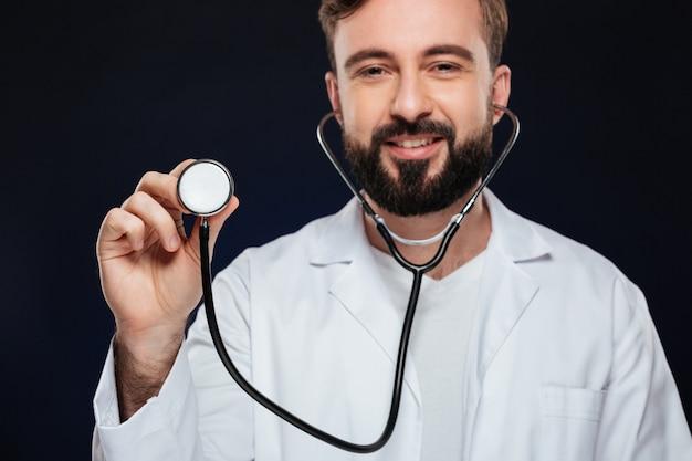 Przycięty obraz szczęśliwego lekarza płci męskiej ubranego w mundurze