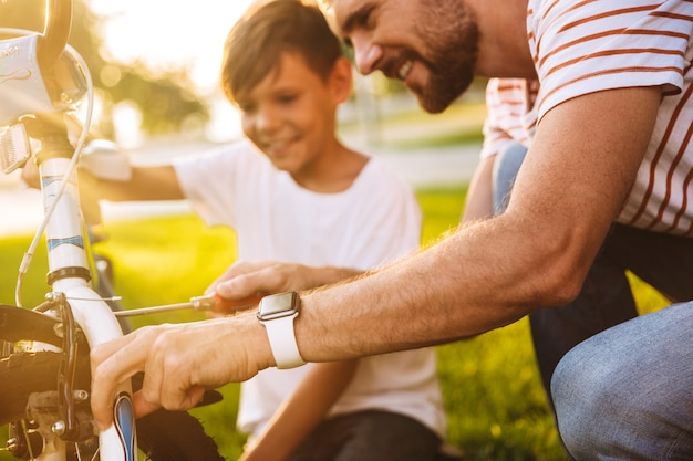 Przycięty obraz uśmiechniętego ojca i jego syna