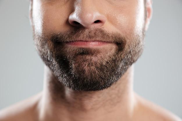 Przycięty obraz wątpliwej twarzy brodatego mężczyzny